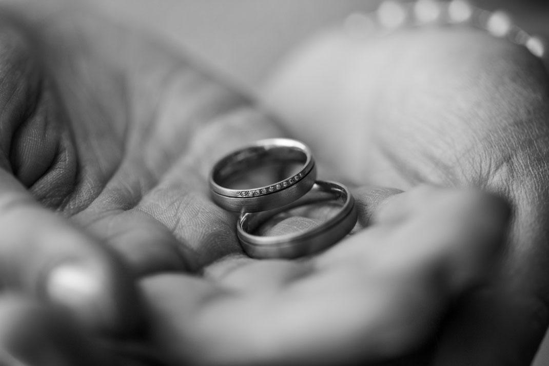 Glückhochzwei bloggt; Love in Symbols; Ringe; Eheringe; Trauringe; Glückhochzwei; Freie Trauung; Freie Trauungen; Hochzeitsreden; Hochzeitsredner; Hochzeitsfotografie; Hochzeitsfotografie Hamburg; Hochzeitsfotos; Hochzeitsfotos Hamburg; Hochzeiten;