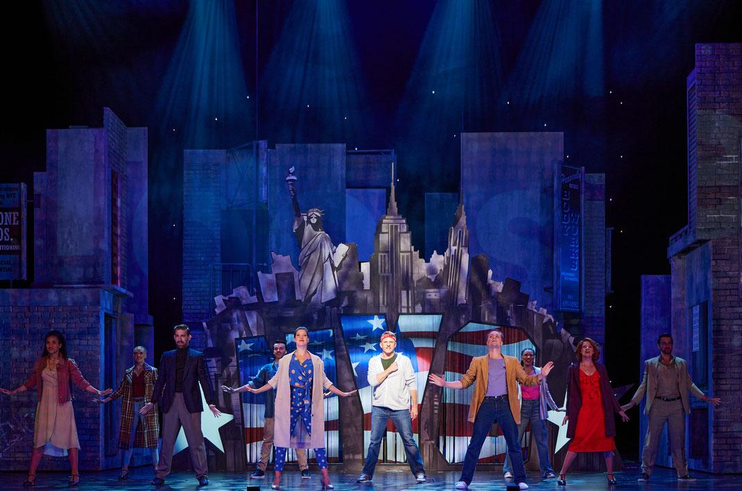 INFOS  DER BARBIER VON SEVILLA  Opera buffa  Musik von Gioachino Rossini Libretto von Cesare Sterbini Nach dem Schauspiel »Le Barbier de Séville« von Pierre Augustin Caron de Beaumarchais  In Kooperation mit dem Gran Teatre del Liceu Barcelona und dem Thé