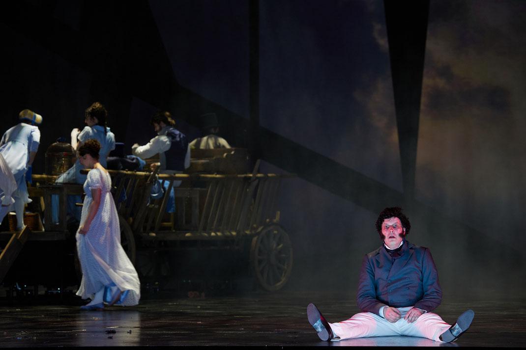 Was verbirgt sich hinter dem weit verbreiteten Bild von Schubert als gesellschaftlichem Unterhalter des idyllischen Biedermeier? Bei Tagesanbruch am Stadtrand von Wien, wo bettelnde Kriegskrüppel – Relikte der Napo- leonischen Kriege – an der Landstraße h
