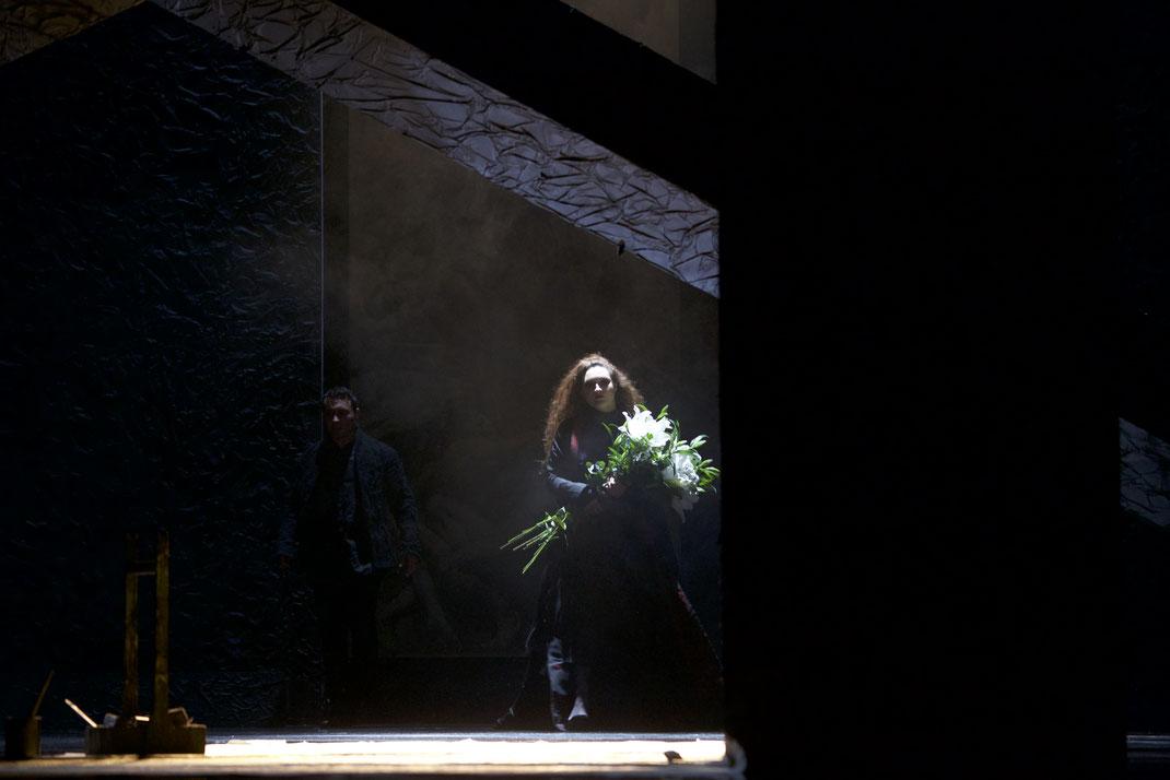 Um des entflohenen politischen Häftlings Cesare Angelotti wieder habhaft zu werden, bringt Polizeichef Baron Scarpia den an der Flucht beteiligten Maler Mario Cavaradossi und dessen Geliebte, die Operndiva Floria Tosca, die gleichzeitig auch von Scarpia h