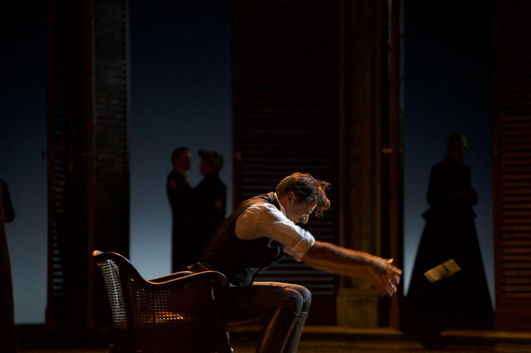 INHALT  Der Herzog von Mantua liebt das Vergnügen und die Frauen. In seinem Hofnarren Rigoletto hat er einen zynischen Handlanger, denn dem Buckligen ist nichts und niemand heilig – außer Gilda, sein einziges Kind. Um sie vor den Nachstellungen seines Her