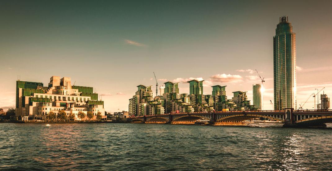 London Calendar 2016, London panorama, Vauxhall Bridge