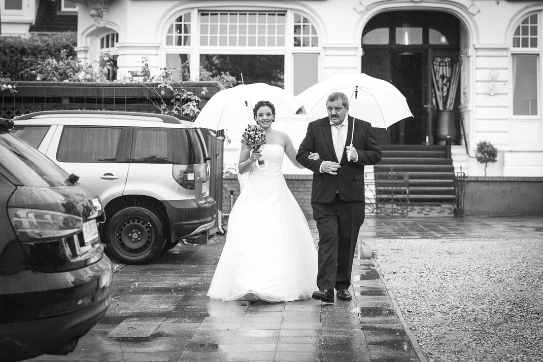 Hochzeitsfotograf Hamburg - auf dem Weg zur Trauung am Elbstrand