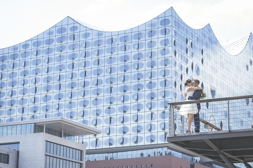 Hochzeitsfotograf Hamburg - Elbphilharmonie als Kulisse für Hochzeitsbilder