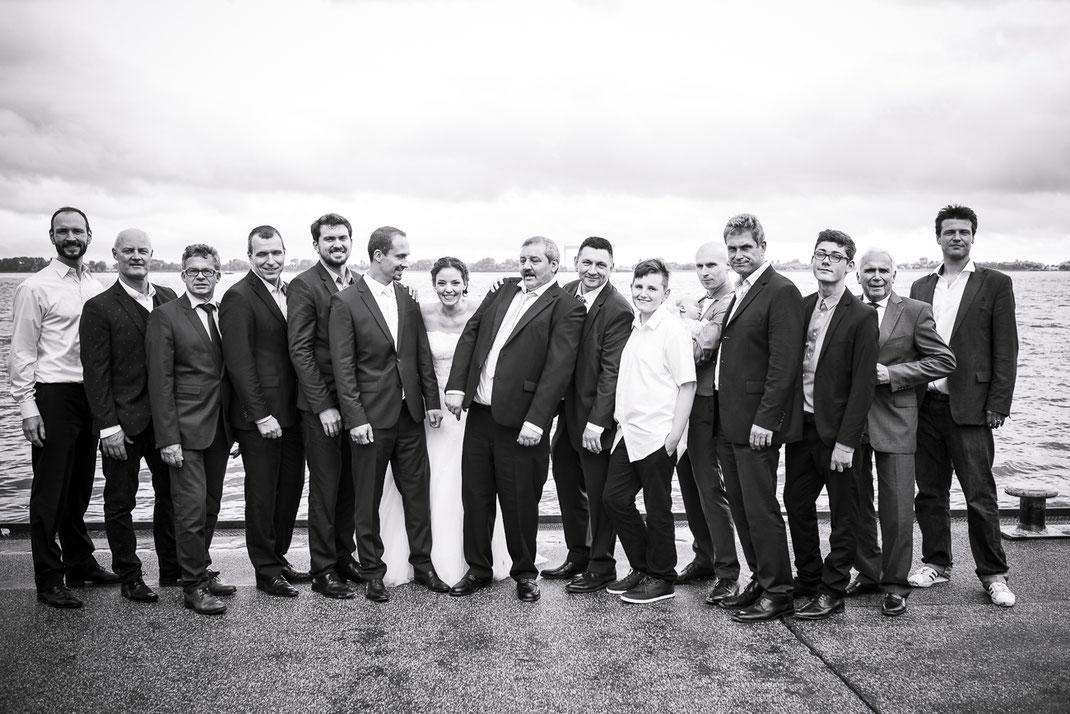 Hochzeitsfotograf Hamburg - Grippenbild mit Braut, Bräutigam, Trauzeugen und Hochzeitsgästen direkt am Fahrwasser der Elbe