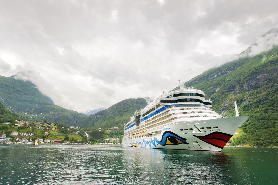 AIDAluna Mann über Bord // © AIDA Cruises