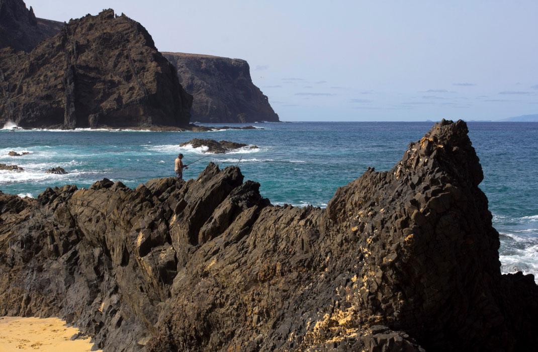 Nužingsniavusi paplūdimiu iki Porto Santo salos galo atsimušu į juodas uolas
