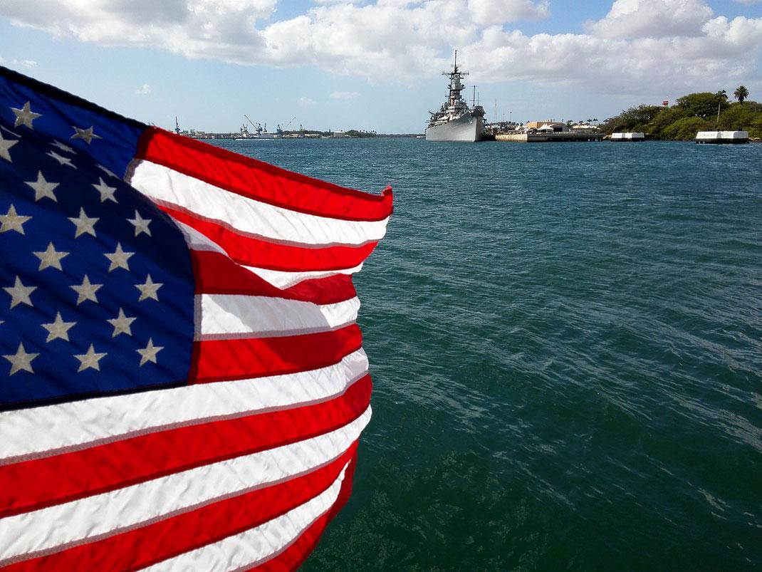 Pearl Harbor, im Hintergrund die Missouri. Auf diesem Schlachtschiff wurde 1945 der Waffenstillstand zwischen Japan und den USA unterzeichnet.