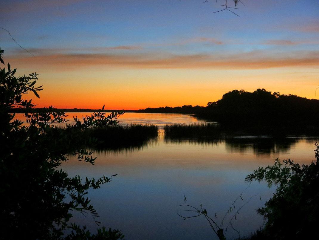 Morgens um 6:00 Uhr Sonnenaufgang am Sambesi vor unserer Terasse
