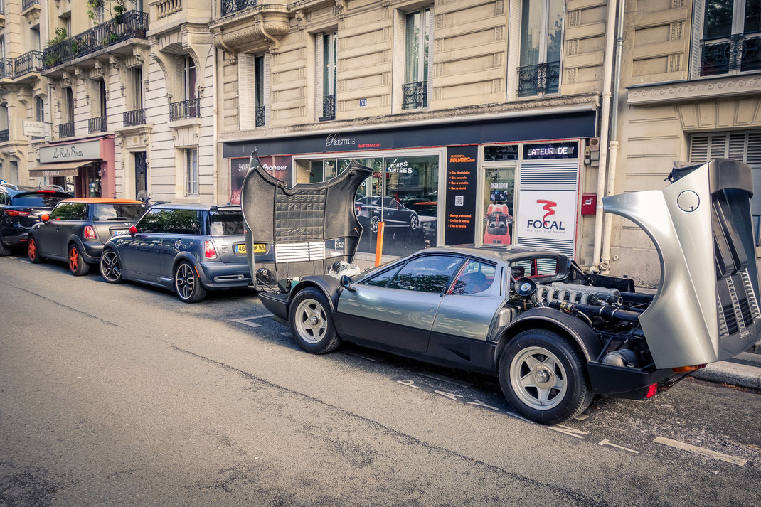 Chez prestige Autoradio Paris, installation d'un traqueur, d'un autoradio et des haut-parleurs sur une Ferrari BB 512