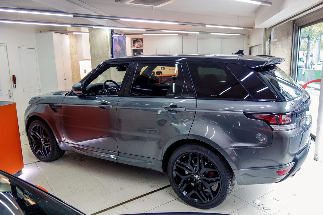 Montage d'un pack vidéo Alpine dans un Range Rover, deux écrans plus casques sans fil plus Tuner TNT