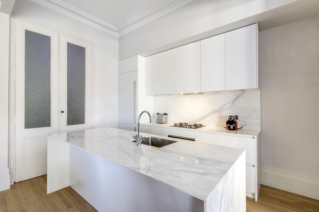 Création d'une cuisine Design à Bordeaux par MP intérieurs, Architecte d'intérieur à Bordeaux (33) : Blanche et marbre pour une touche subtile de luxe.
