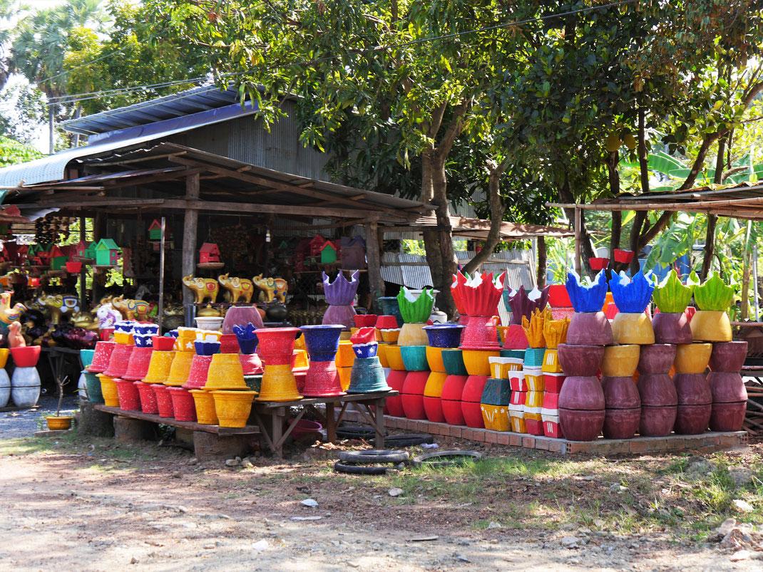Die Einkäufer kommen aus dem ganzen Land hierher, um die berühmten Tonarbeiten zu kaufen... Kompong Chhnang, Kambodscha (Foto Jörg Schwarz)