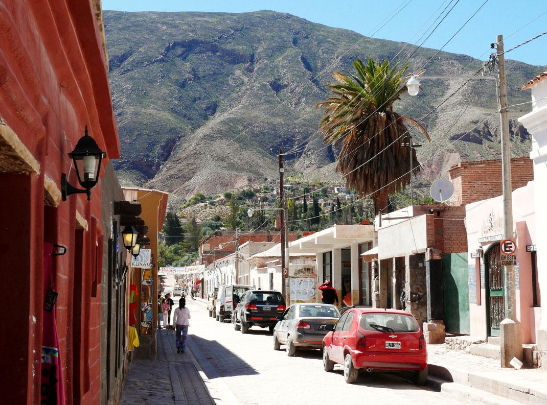 Blick aus dem Ort Tilcara in die umliegenden Berge, Tilcara, Argentinien (Foto Jörg Schwarz)