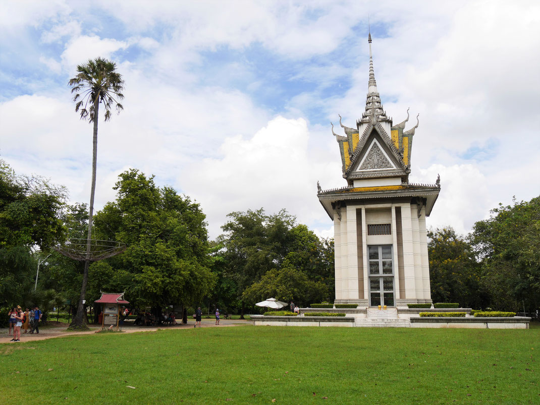 Die zentrale Gedenkstätte und Grabkammer tausender von Leichen auf den sog. Killing Fields, bei Phnom Penh, Kambodscha (Foto Jörg Schwarz)