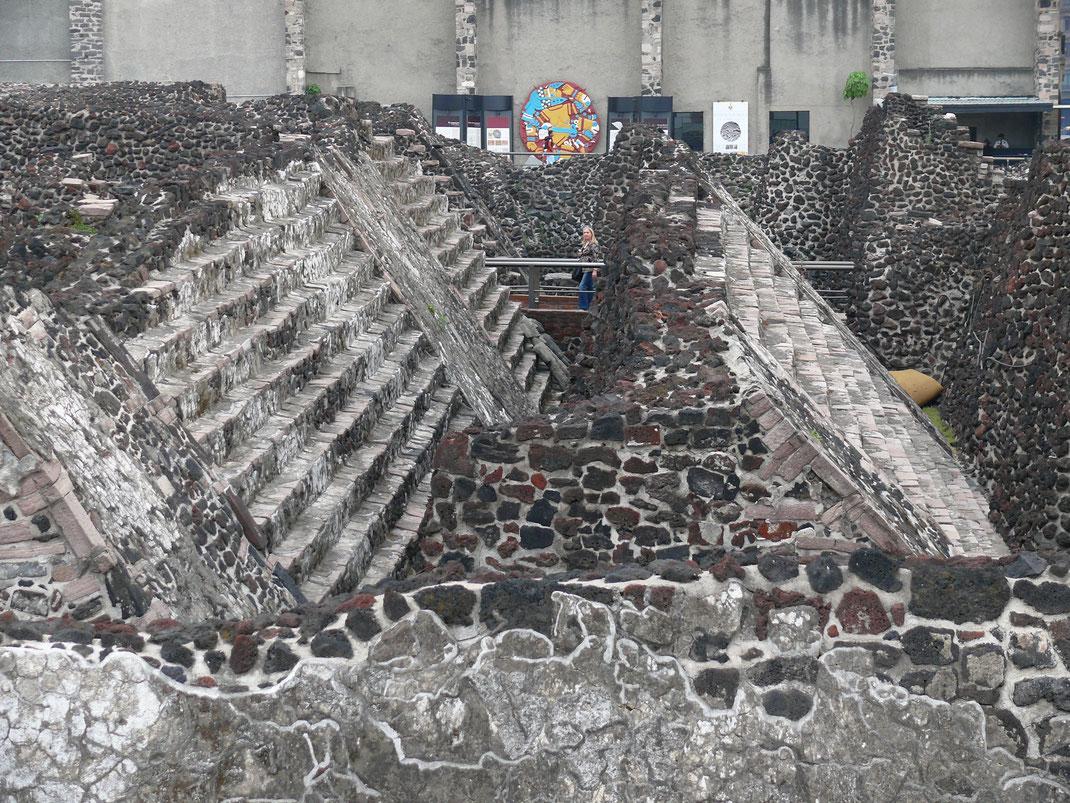 Für die Azteken das Zentrum des Universums: Mehrere 'Schichten' des Templo Mayor, alle 52 Jahre überbaut, sind rekonstruiert (Foto Jörg Schwarz)