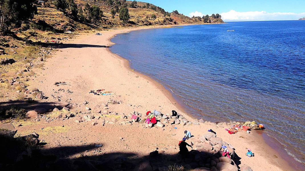 Wäschewaschen am See, Santa Maria, Capachica, Peru (Foto Jörg Schwarz)