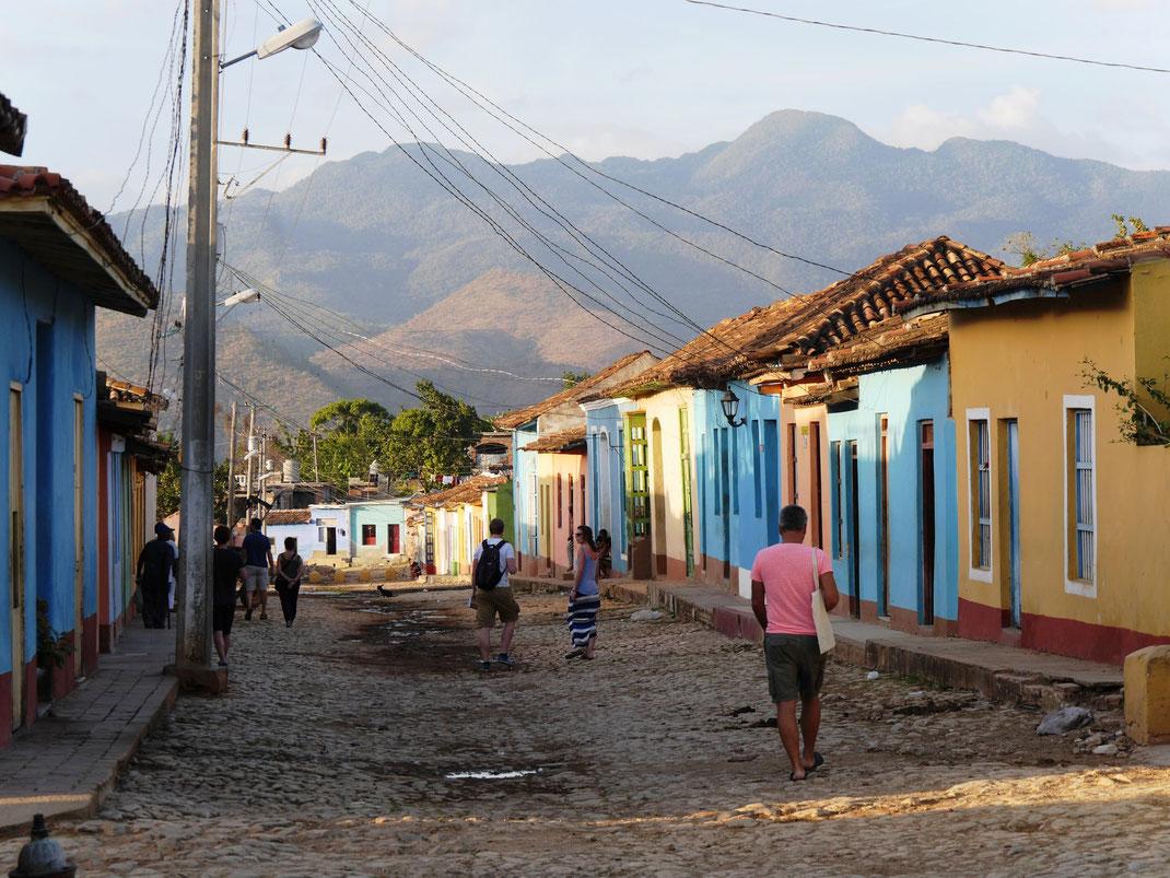 Im Barrio los Tres Cruces das normale Leben in Trinidad geniessen und auf die nahegelegene Sierre del Escambray schauen (Foto Jörg Schwarz)