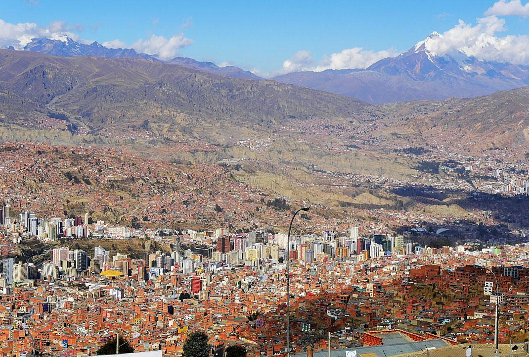 Der Blick auf das Centro von La Paz und die im Hintergrund aufragende Cordillera, La Paz, Bolivien (Foto Jörg Schwarz)
