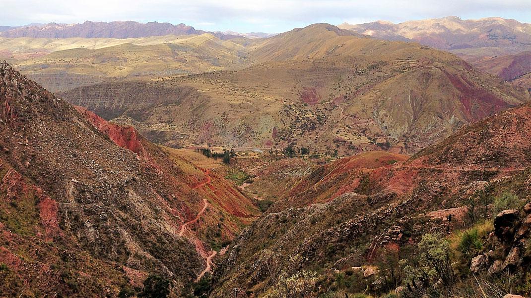 Blick aus der Cordillera de los Frailes hinab - und auf den Crater Maragua (oben links), Cordillera de los Frailes, Bolivien (Foto Jörg Schwarz)