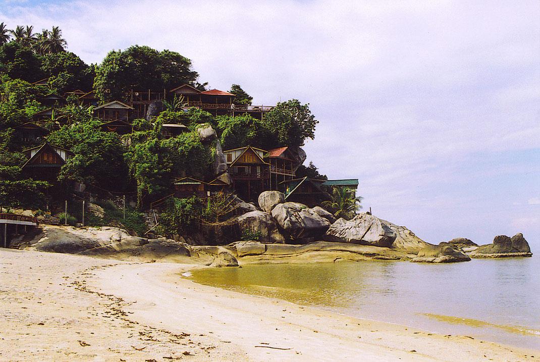 Von fast jeder Hütte aus hat man phantastische Ausblicke auf Meer und Bucht (Foto Jörg Schwarz)