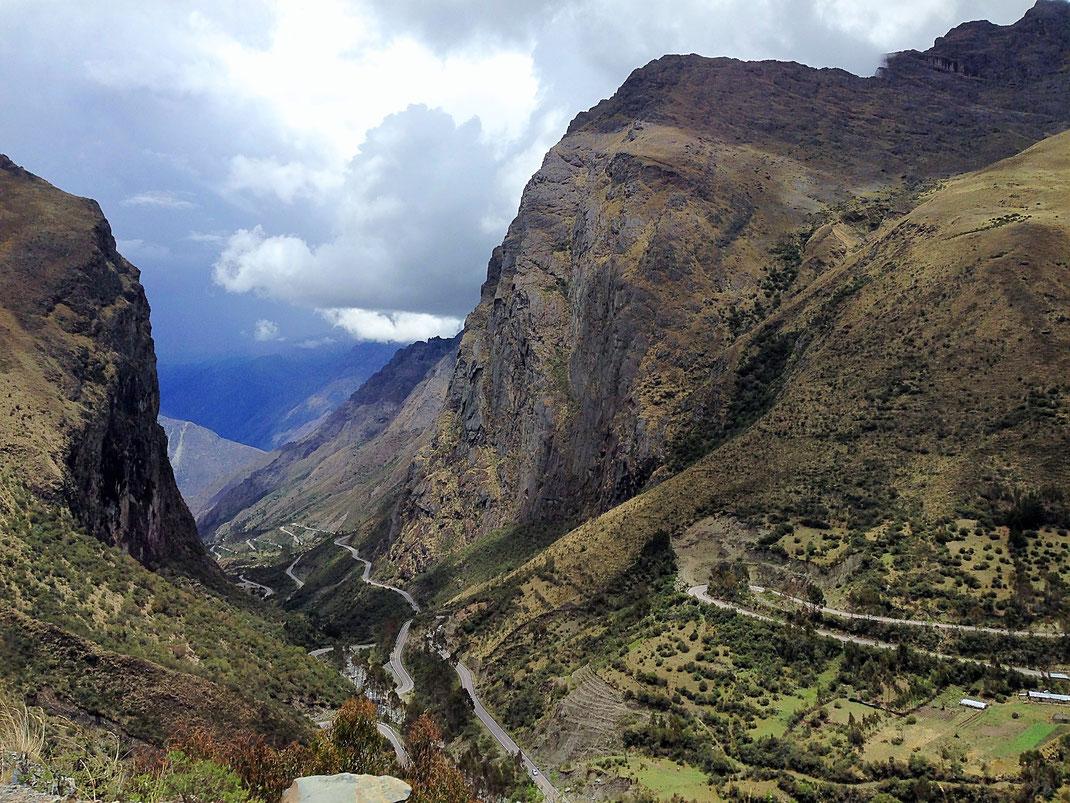Da braut sich wieder was zusammen über dem Paso Ambra Malaga (4.350 m), Ambra Malaga, Peru (Foto Jörg Schwarz)