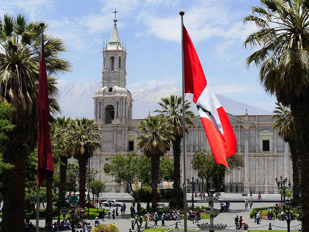 Die peruanische Flagge weht sanft im Wind vor Kathedrale und Vulkan Chachani, Arequipa, Peru (Foto Jörg Schwarz)