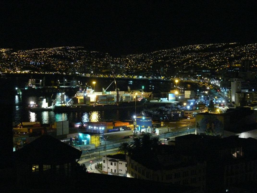 Nächtliche Aussicht auf Hafen und Bucht  (Foto Jörg Schwarz)