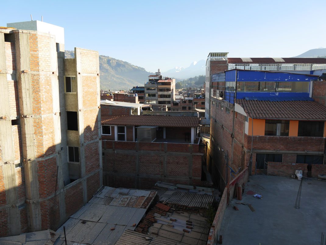 Damals in Huaraz, Peru, haben wir uns über die unverputzten und wie unfertig aussehenden Häuser noch gewundert... Huaraz, Peru (Foto Jörg Schwarz)