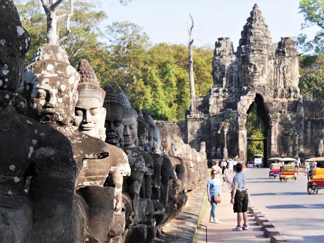 Eine der schönsten Khmerbrücken rund um den Angkor Thom, Kambodscha (Foto Jörg Schwarz)