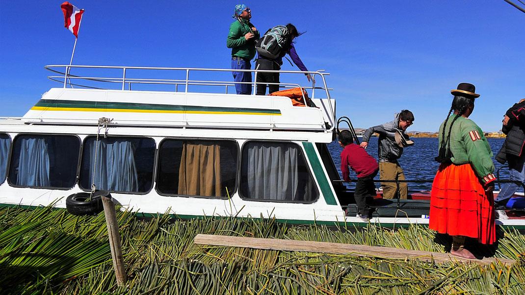 Das grüne Schilf ist frisches Tutora-Schilf, um die Touristen nicht gleich durchrutschen zu lassen... Puno, Peru (Foto Jörg Schwarz)