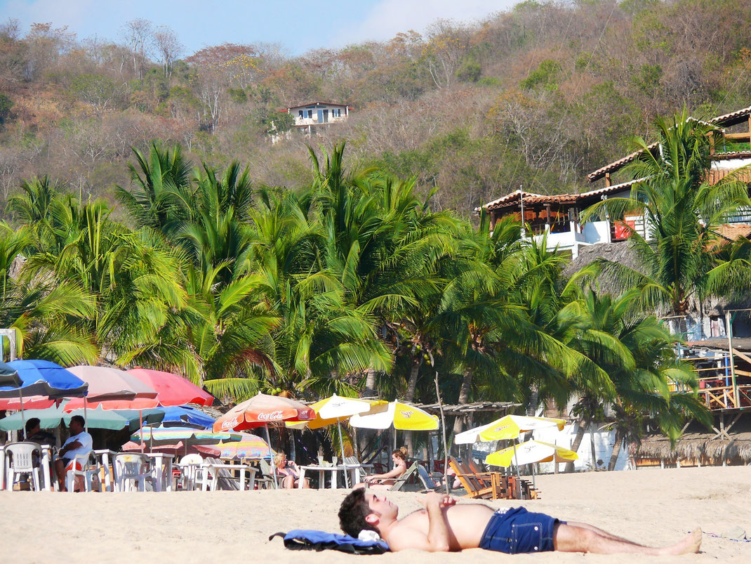 Chillig in einem Strandrestaurant oder ganz relaxed direkt im Sand - Mazunte kann man auf viele Weisen genießen... (Foto Jörg Schwarz)