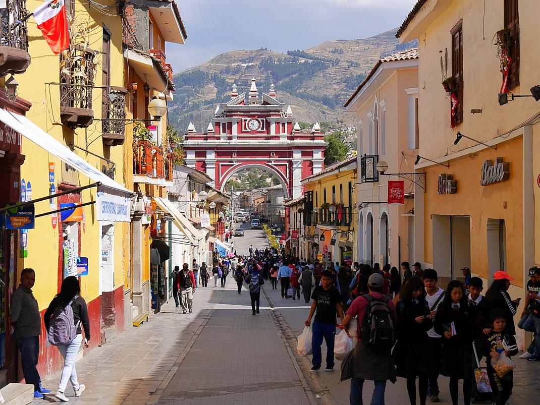 Koloniale Pracht am berühmten Torbogen beim Mercado, Ayacucho, Peru (Foto Jörg Schwarz)