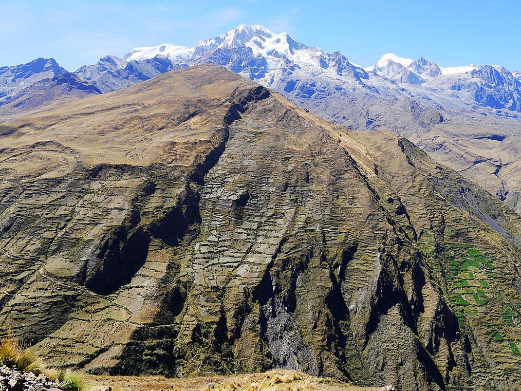 Blick vom Mirador Illampu auf den 6.368 m hohen, schnebedeckten Illampu, im Hintergrund der kleinere Gipfel des Yacuma, Sorata, Bolivien (Foto Jörg Schwarz)