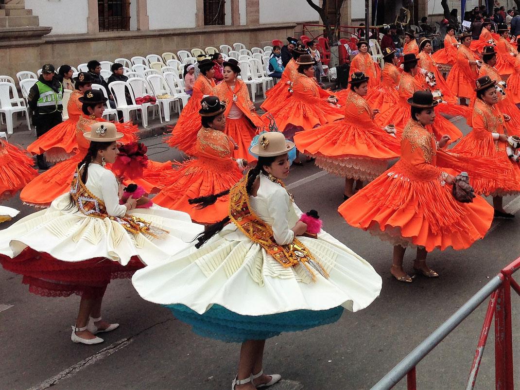 Kultur wird groß geschrieben in Sucre - vor allem die Paraden sind legendär... Sucre, Bolivien (Foto Jörg Schwarz)