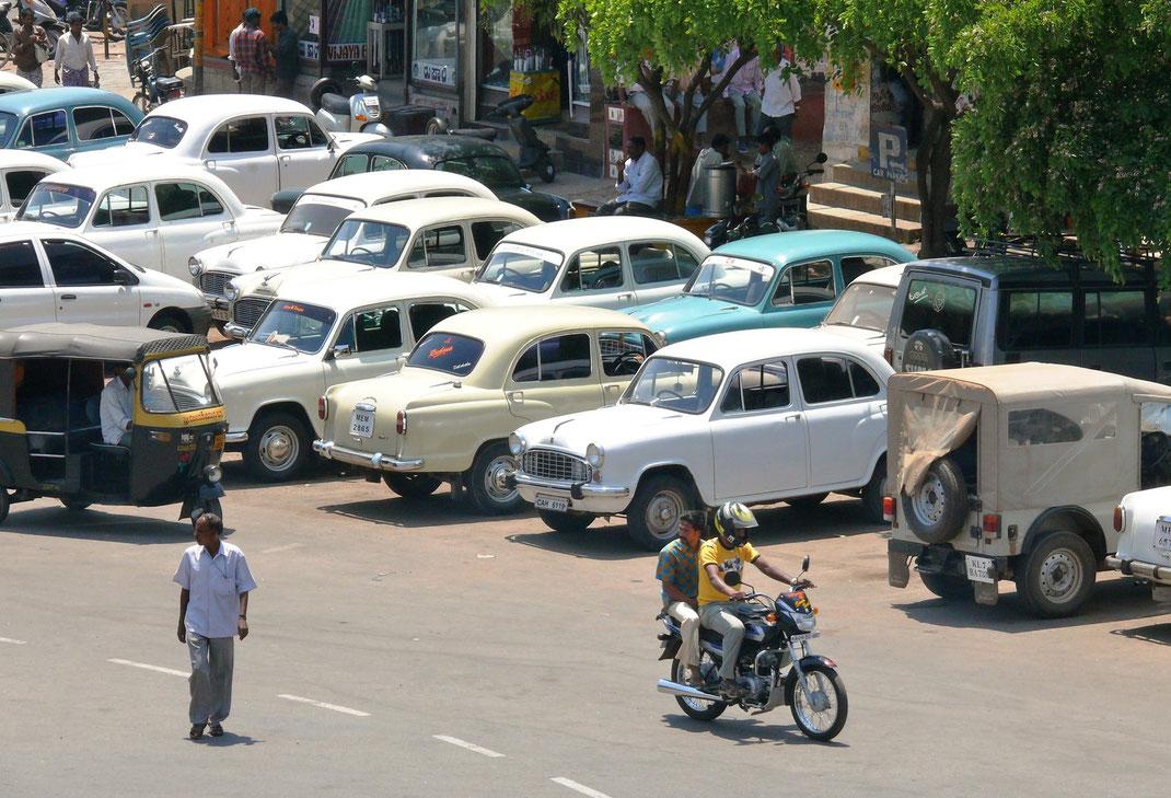 Fortbewegung in Indien gehört zu den großen Abenteuern dieses Landes - hier der Ambassador, der frühere indische Mercedes  (Foto Jörg Schwarz)