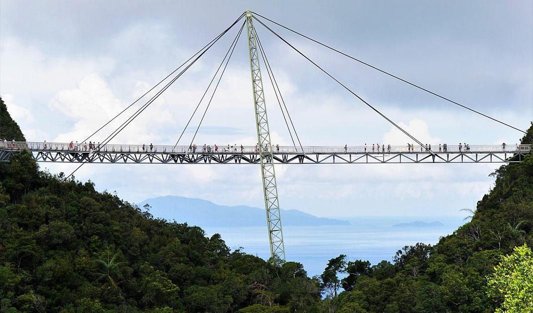 Unser Blick aus der Seilbahn auf die Skybridge... Uiuiui! Langkawi, Malaysia (Foto Jörg Schwarz)