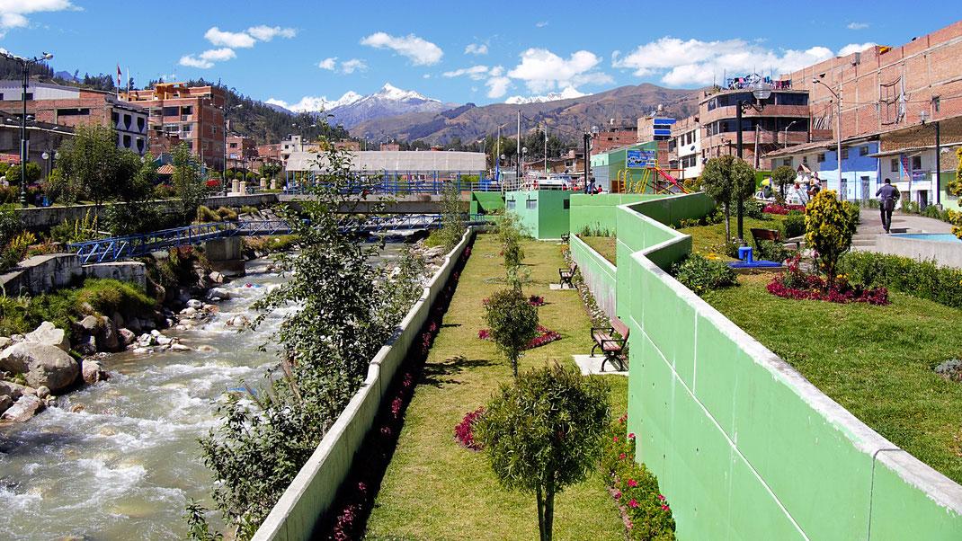 Der Fluss, der 1970 das Unheil, also die Schlammlawine, mit sich brachte - heute ein Park, Huaraz, Peru (Foto Jörg Schwarz)