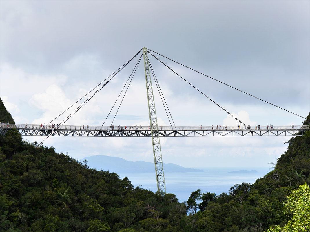 Von dieser Brücke aus werden nahezu alle Ausblickswünsche erfüllt... Langkawi, Malaysia (Foto Jörg Schwarz)