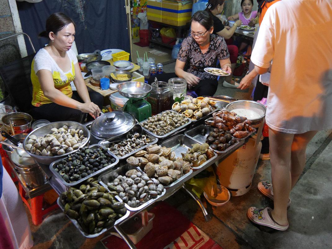 Wir laufen zu Fuß durch das Viertel und passieren all diese herrlichen Auslagen... Ho-Chi-Minh-Stadt, Vietnam (Foto Jörg Schwarz)