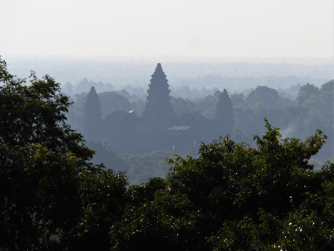 Blickt man südöstlich kann man im morgendlichen Dunst den Angkor Wat erkennen... Phnom Bakheng, Kambodscha (Foto Jörg Schwarz)