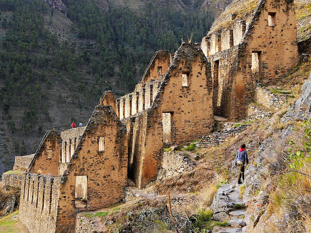 Die ehemaligen Speicher der Inka im Berg, Ollantaytambo, Peru (Foto Jörg Schwarz)