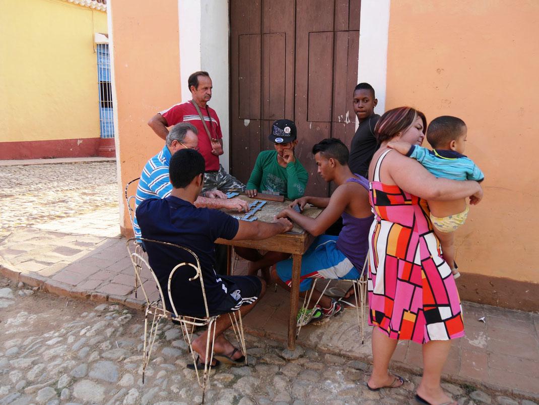 Touristenscharen in Trinidad? Was geht das uns an? Dominospielchen am Abend  (Foto Jörg Schwarz)