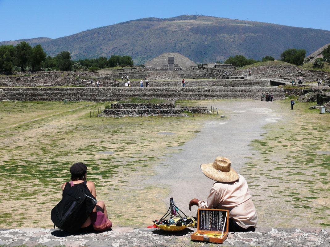 Kurze Pause in dem großen und viele Meter umfassenden archäologischen Areal von Teotihuacan, der einst größten Stadt Mesoamerikas  (Foto Jörrg Schwarz)