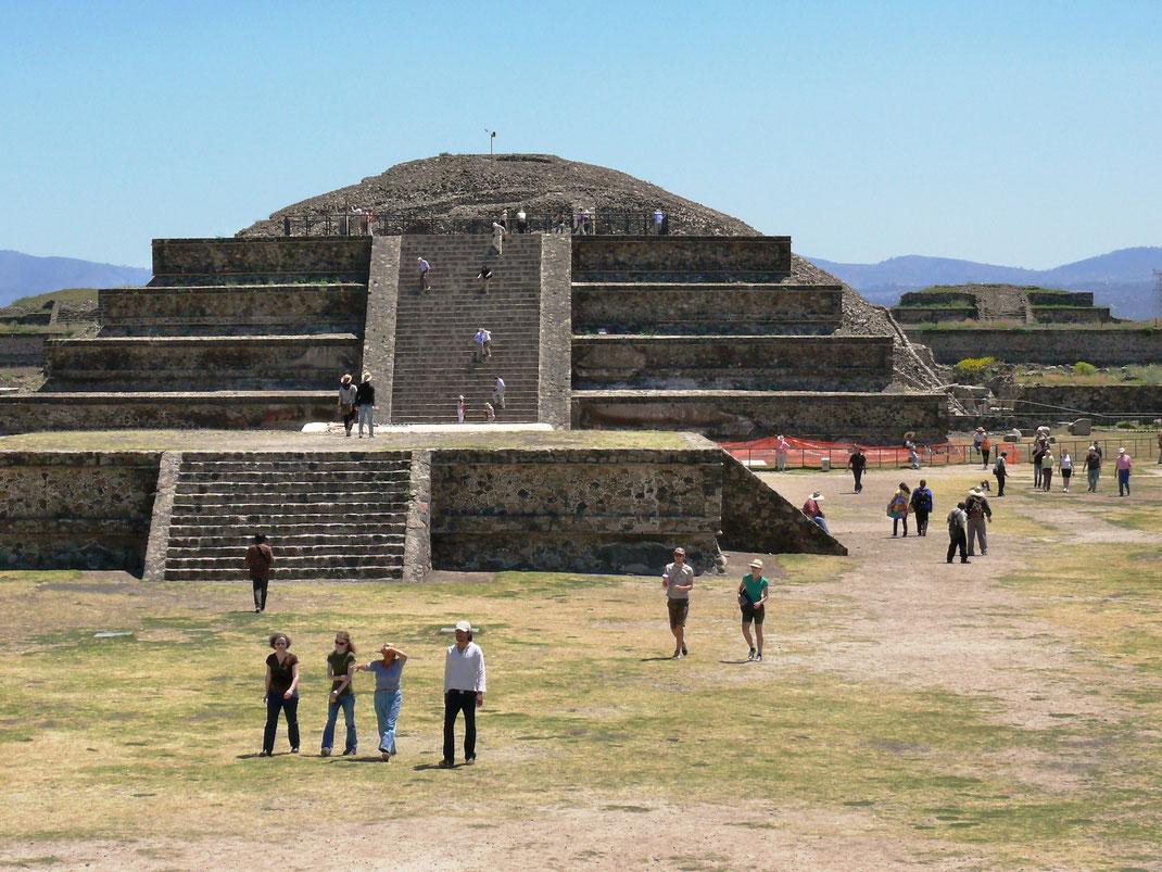 Unter diesem Tempel - Templo de Quetzalcóatl - endet ein über 100 Meter langer unterirdischer Tunnel - er symbolisiert den Weg zur Unterwelt der Maya (Foto Jörg Schwarz)