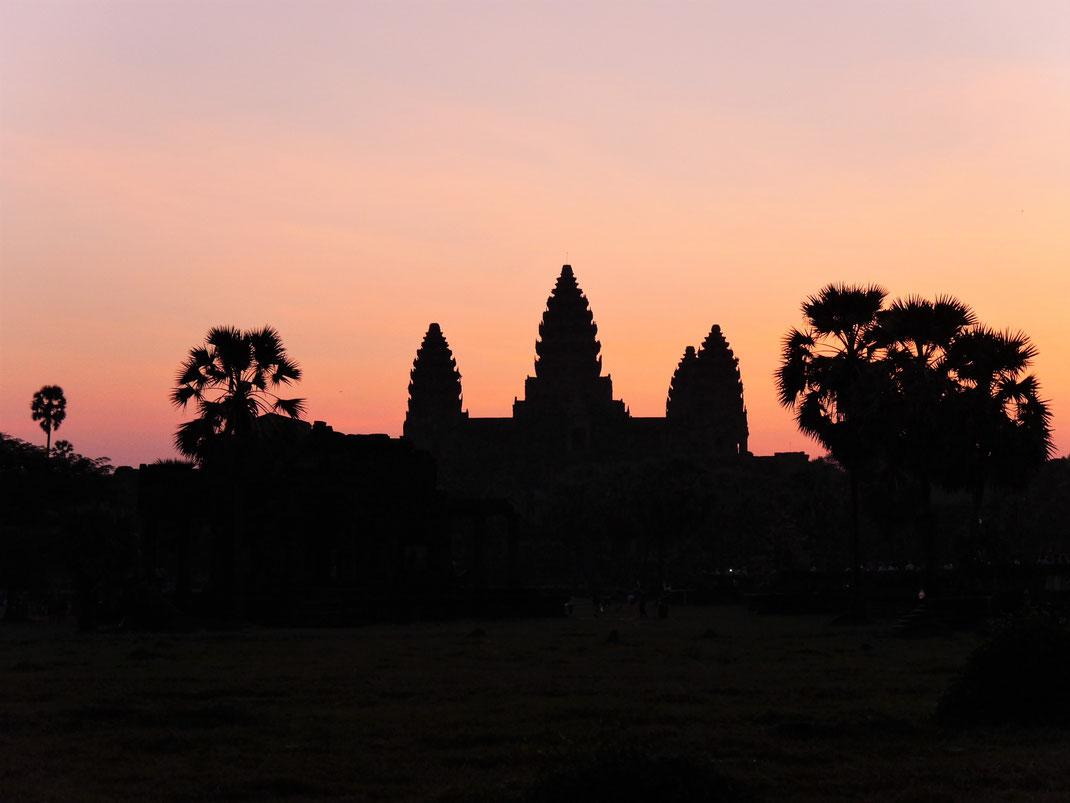 Die berühmten Tempeltore Angkor Wats im Sonnenaufgang, Angkor Wat, Kambodscha (Foto Jörg Schwarz)