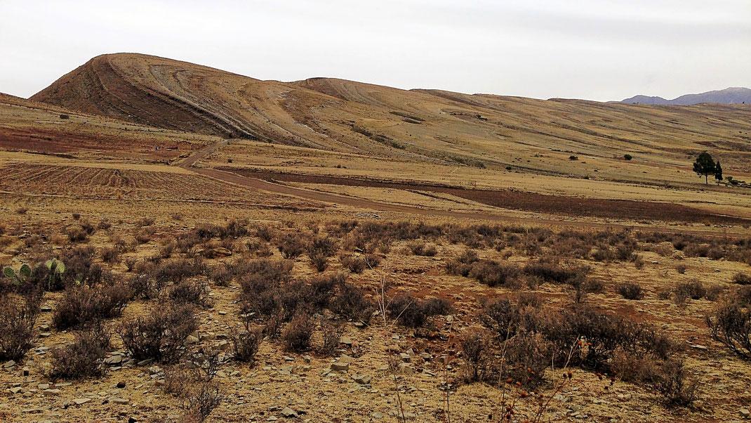 Der leicht wellenartig geschwungene Kraterrand, Crater Maragua, Bolivien (Foto Jörg Schwarz)