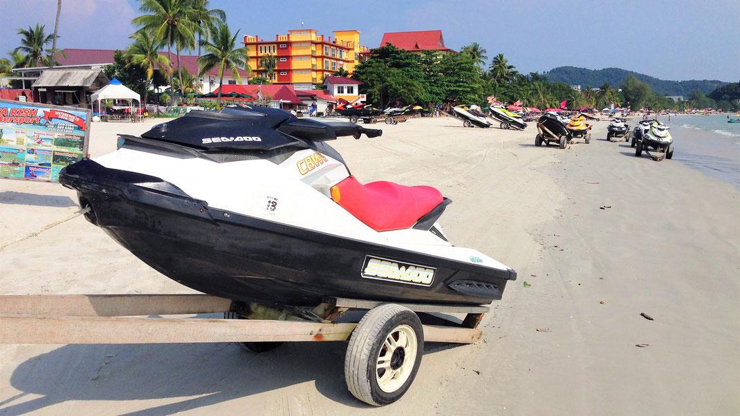 Früher sicher ein schöner Strand - heute Parkplatz, Straße und Vergnügungspark in einem... Cenang Beach, Langkawi, Malaysia (Foto Jörg Schwarz)