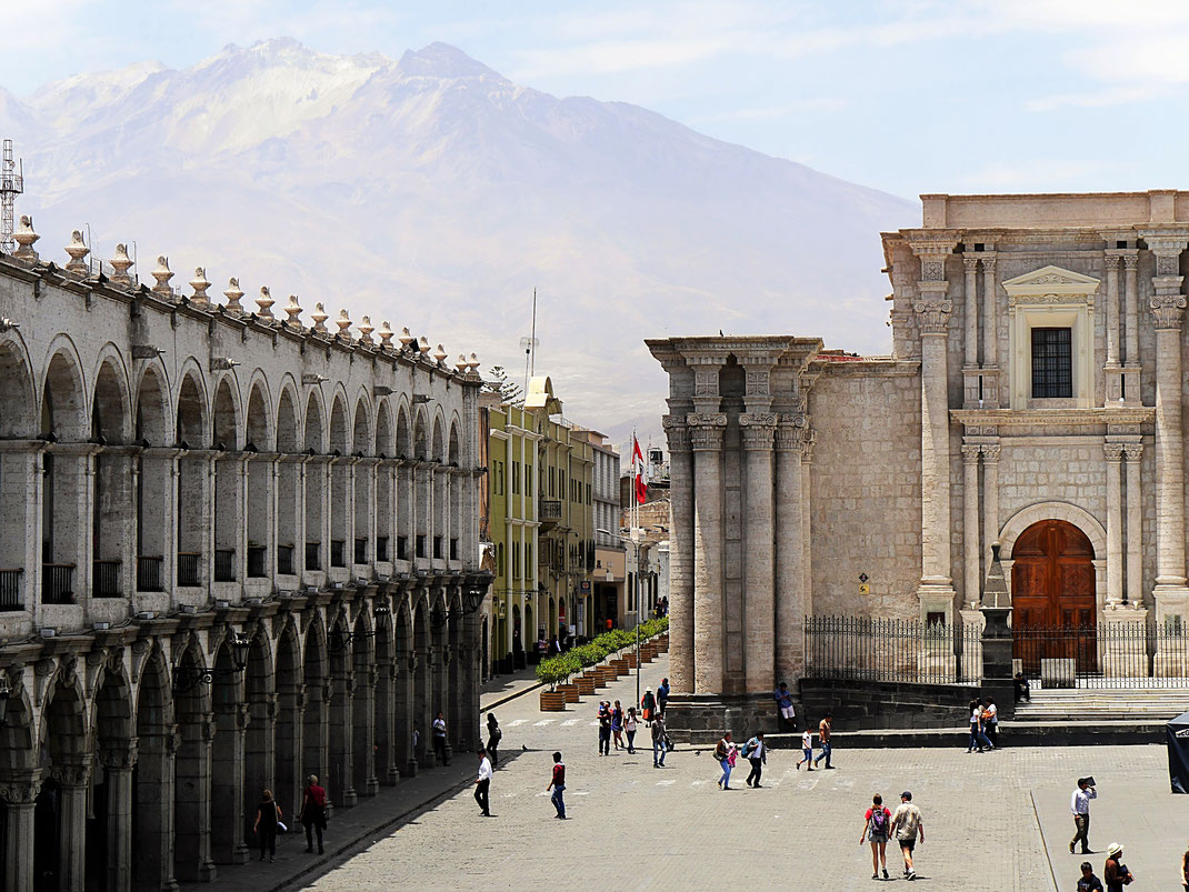 Blick aus der zweiten Etage auf Plaza de Armas und Vulkan Chachani (6.075 m), Arequipa, Peru (Foto Jörg Schwarz)