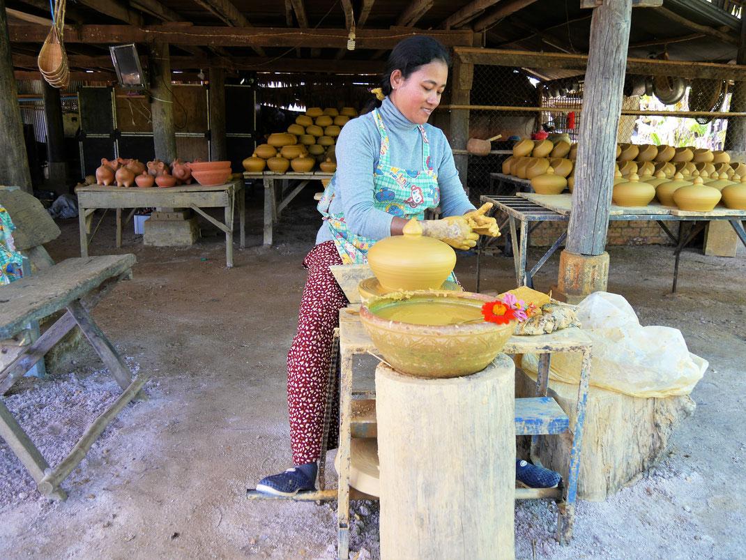 Eine echte Künstlerin an der Drehscheibe - die Deutsche Methode, Kompong Chhnang, Kambodscha (Foto Jörg Schwarz)